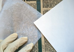 Paper barrera entre els retalls de diari