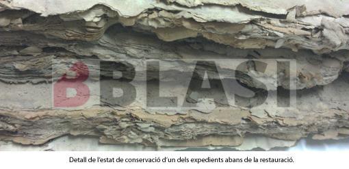 Detall de l'estat de conservació d'un dels expedients abans de la restauració.
