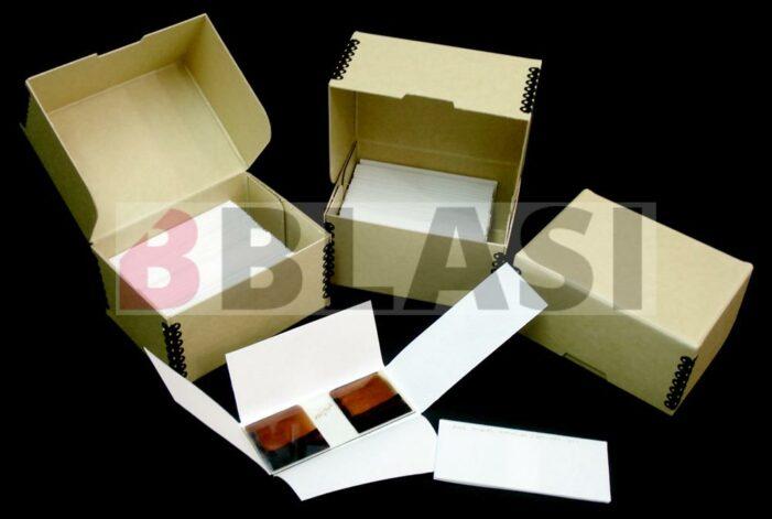 Cada material requereix sistemes especials d'emmagatzematge. Al taller elaborem capses, carpetes i fundes a mida per a cada tipus de peça amb material específic de conservació.