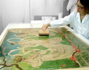 Neteja humida d'un cartell modernista de l'Arxiu Històric d'Argentona