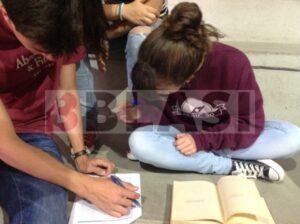 Alumnes d'ESO omplint una fitxa de l'estat de conservació d'un llibre