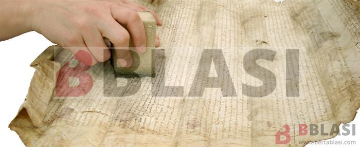 Introducció a la restauració de documents - Neteja en sec amb una esponja de fum, d'un pergamí