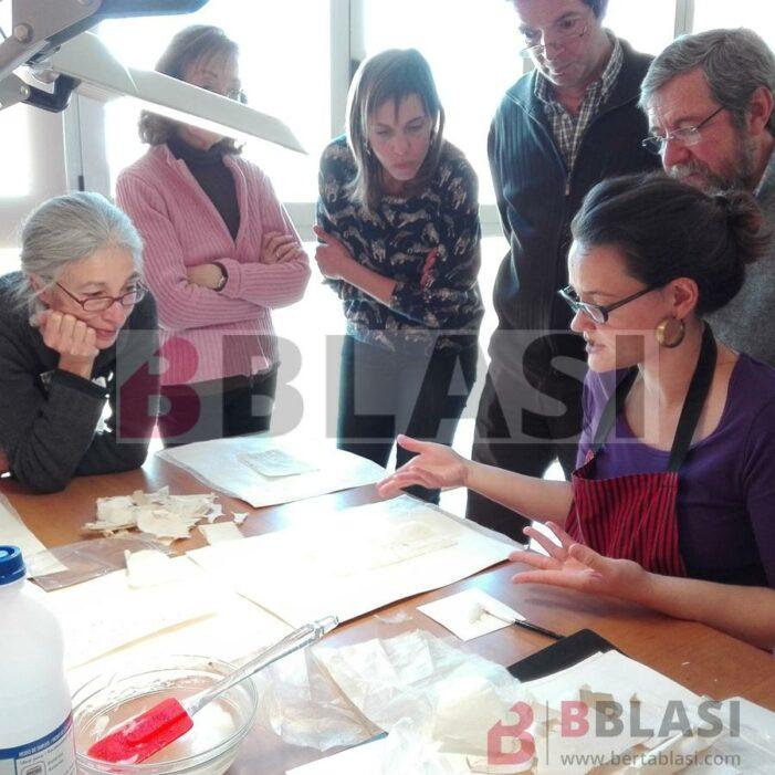 Fotografia d'una edició del curs d'iniciació a al restauració de documents