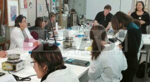 Moment de la sessió pràctica del curs de Richard Wolbers a l'Escola Superior de Conseració i Restauració de Béns Culturals de Catalunya.