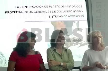 Dra. Ruth Chércoles, Dra. Silvia García i Àngels Soler fent la presentació del curs d'identificació de plàstics històrics
