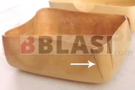 Degradació típica del nitrat de cel·lulosa, el plastificant ha migrat i ha debilitat determinades zones