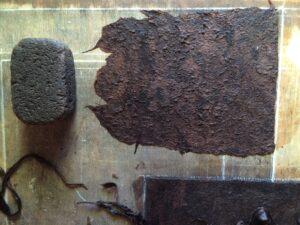 Procés de fabricació de l'amate. Les fibres, ja estovades s'aixafen amb una pedra volcànica