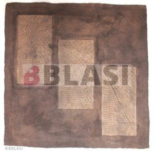 L'obra sobre paper d'amate un cop aplanada, consolidada i a meitat del retoc cromàtic. S'aprecia que el plec de l'esquerra ja no s'aprecia mentre que el plec de la dreta encara està per retocar.