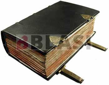 Biblia amb enquadernació de pell i tanques metàl·liques