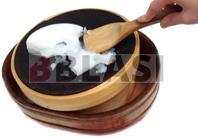 El engrudo frío siendo tamizado en el norikoshi. Debajo, el noribon recoge el engrudo ya tamizado.