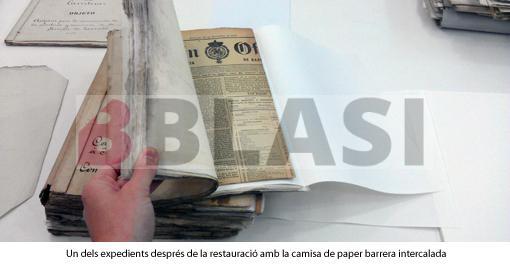 Un dels expedients després de la restauració amb la camisa de conservació intercalada entre els diaris.