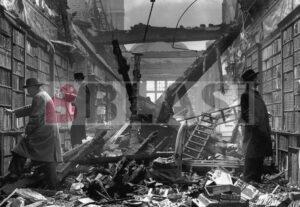 La biblioteca Holland House de Londres bombardejada per la Luftwaffe el setembre de 1940 durant la Segona Guerra Mundial.
