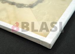 Detall del sistema de sandwich amb el vidre, l'obra original i el cartró de conservació de la trasera
