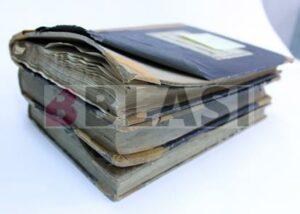 Llibres de registre afectats per la inundació, abans de la restauració