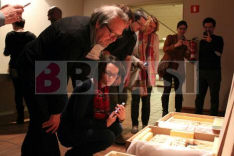 Llorenç i Berta Blasi observant unes reproduccions en 3D d'alabastre al Museu Episcopal de Vic (Foto: MEV)