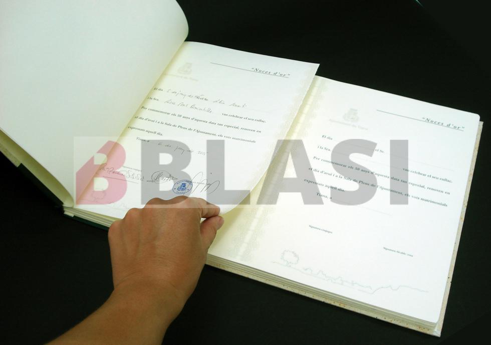 Detall del llibre de Noces d'Or on es pot veure el funcionament dels llibres. S'aprecia la constància de la primera celebració de Noces d'Or.